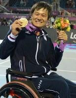 2012 London Paralympics -- Japan's Shingo Kunieda shows off his gold medal that he won in the men's singles wheelchair tennis. (Mainichi/Kenji Konoha)
