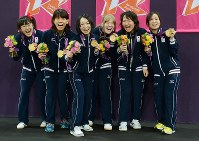 2012 London Paralympics – Members of the Japanese women's goalball team show off their gold medals. (Mainichi/Kenji Konoha)