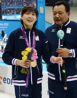 2012 London Paralympics -- Japan's Rina Akiyama, left, holds a bouquet after she captured the gold medal in the women's 100-meter backstroke for the visually impaired. (Mainichi/Kenji Konoha)