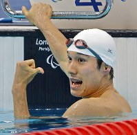 2012 London Paralympics -- Japan's Yasuhiro Tanaka celebrates after winning the gold medal in the men's 100-meter breaststroke for those with intellectual disabilities. (Mainichi/Kenji Konoha)
