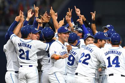 【大阪ガス-日本生命】優勝を決め、喜ぶ大阪ガスの選手たち=京セラドーム大阪で2019年11月4日、久保玲撮影
