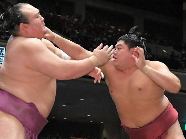 月刊相撲:大相撲・技あり! 突っ張り 阿炎、長い手足で主導権 - 毎日新聞