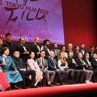 第32回東京国際映画祭の表彰式で記念撮影する受賞者たち=東京都千代田区で2019年11月5日午後5時31分、滝川大貴撮影