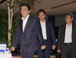 韓国が日韓軍事情報包括保護協定(GSOMIA)の破棄を決定したことについて記者団の問いかけに答えず首相官邸を後にする安倍晋三首相(左端)=2019年8月22日午後6時28分、川田雅浩撮影