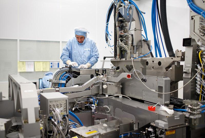 ASMLのオランダの工場で組み立て作業をする従業員 Bloomberg