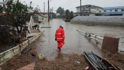 台風19号で吉田川が氾濫し浸水したまま、1週間がたった今も水が引かない住宅地を見つめる地元消防団の千葉秀夫さん=宮城県大崎市鹿島台で2019年10月19日午前7時36分、和田大典撮影