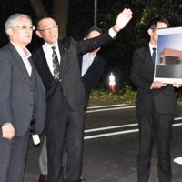 安全啓発館の説明を受ける遺族ら=東京都八王子市で