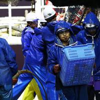慌ただしく船上を行き来する漁師たち=兵庫県沖で2019年11月6日午前6時6分、小出洋平撮影