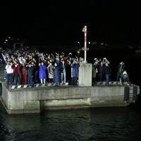 ズワイガニ漁に出発する漁船を岸壁から見送る船員の家族たち=兵庫県沖で2019年11月5日午後10時51分、小出洋平撮影
