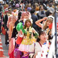 多くの人が詰めかけた「池袋ハロウィンコスプレフェス2019」で思い思いのコスチュームでパレードする参加者たち=東京都豊島区で2019年10月26日、藤井太郎撮影