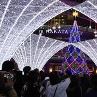 JR博多駅前広場で始まったイルミネーションのシンボルツリー=福岡市博多区で2019年11月6日、上入来尚撮影