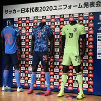 発表されたサッカー日本代表の新ユニホーム=東京都文京区で2019年11月6日午後3時55分、丸山博撮影