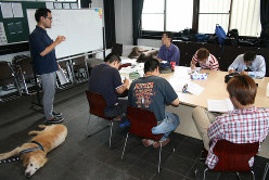 「ワンネスグループ」のギャンブル依存症回復講座の風景。犬と触れ合うのもプログラムの一つ=奈良県大和高田市で
