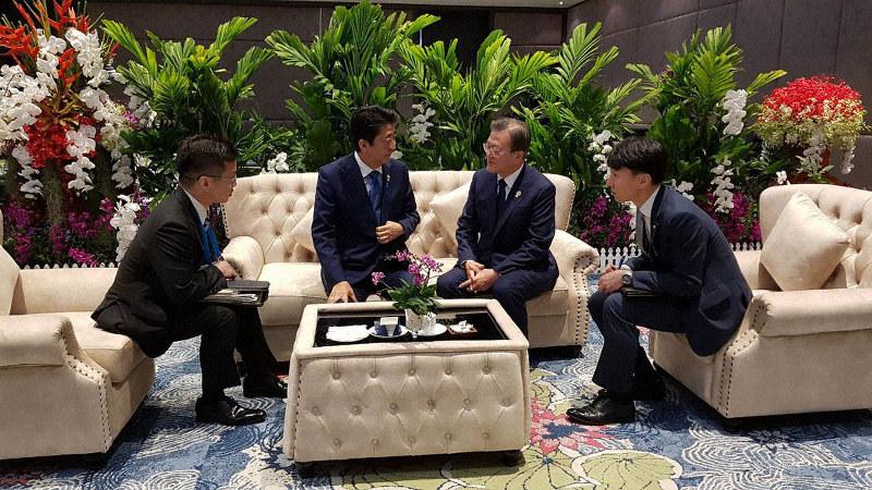 ASEAN首脳会談に先立ち、ホテルの一角で懇談する安倍晋三首相(左から2人目)と文在寅大統領(同3人目)=2019年11月14日、韓国大統領府提供