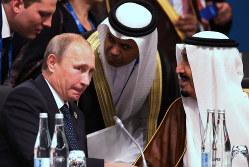距離は縮まるばかり(プーチン露大統領〈左〉とサウジのサルマン国王〈右〉)=2014年 (Bloomberg)