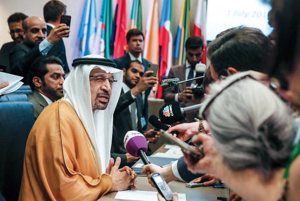 影響力の低下が続く・・・・・・(今年7月のOPEC総会に出席したサウジアラビアのファリハ・エネルギー相=当時) (Bloomberg)