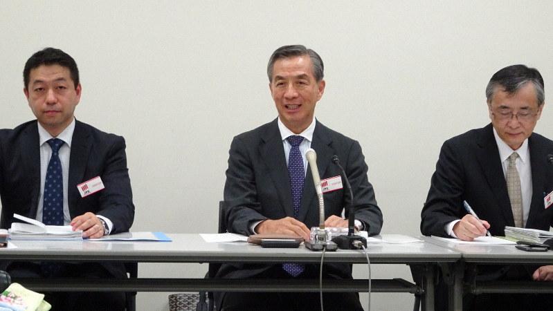 スルガ銀行への出資の狙いを説明する野島広司・ノジマ社長(中央)=東京都中央区の東京証券取引所で2019年10月31日、今沢真撮影