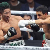 【WBCバンタム級王座統一戦】六回、ウバーリ(右)のパンチを受ける井上拓=さいたまスーパーアリーナで2019年11月7日、梅村直承撮影