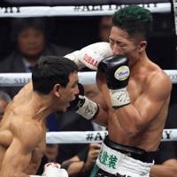 【WBCバンタム級王座統一戦】四回、ウバーリ(左)のパンチを受けダウンする井上拓=さいたまスーパーアリーナで2019年11月7日、梅村直承撮影
