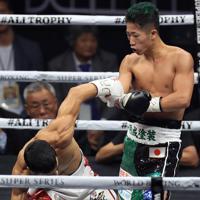 【WBCバンタム級王座統一戦】二回、ウバーリを攻める井上拓真=さいたまスーパーアリーナで2019年11月7日、梅村直承撮影