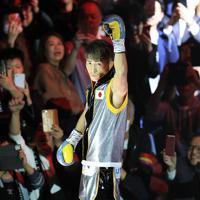 【WBSSバンタム級決勝】入場し声援に応える井上尚弥=さいたまスーパーアリーナで2019年11月7日、梅村直承撮影