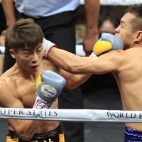 【WBSSバンタム級決勝】一回、ドネア(右)を攻める井上尚=さいたまスーパーアリーナで2019年11月7日、梅村直承撮影