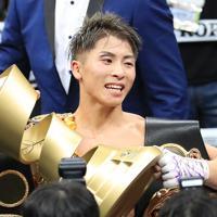 【WBSSバンタム級決勝】優勝杯を掲げる井上尚弥=さいたまスーパーアリーナで2019年11月7日、梅村直承撮影