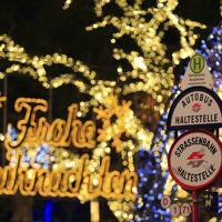 イルミネーションをバックにしたトラム停留所のサイン=オーストリア・ウィーンで2018年12月、大鶴倫宣氏撮影