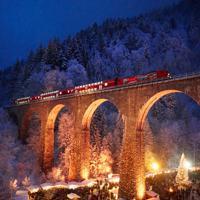 スイスとの国境に近いシュバルツバルト(黒い森)の鉄道橋の下で開かれる幻想的なクリスマスマーケット=ドイツ・ラベンナ渓谷で2017年12月、大鶴倫宣氏撮影