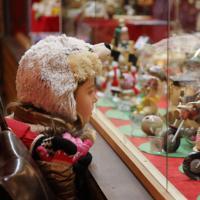 クリスマスマーケットで目を引く、手作りのおもちゃの屋台=ドイツ・ドレスデンで2017年12月、大鶴倫宣氏撮影