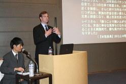 米国でギャンブル依存症に取り組む民間団体「全米問題ギャンブル協議会」のメンバー(右)を招き、先進的な活動を紹介したセミナー=大阪市内で