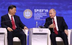 ドル離れを進める?(中国の習近平国家主席=左=とプーチン大統領(Bloomberg)