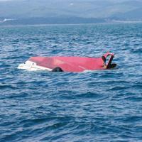 10月上旬、大分県沖で転覆した漁船=第7管区海上保安本部提供
