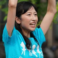 パフォーマンスを繰り広げるアイス市場さん=東京都墨田区で、米田堅持撮影