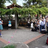 帰ってきたキューピッドガールズのパフォーマンスを見ようと集まった人たち=東京都墨田区で、米田堅持撮影