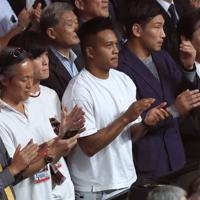 WBSSバンタム級決勝を観戦するラグビー日本代表の松島幸太朗選手(中央)=さいたまスーパーアリーナで2019年11月7日、梅村直承撮影