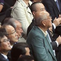WBSSバンタム級決勝を観戦する布袋寅泰さん(中央)=さいたまスーパーアリーナで2019年11月7日、梅村直承撮影