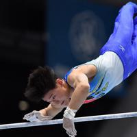 体操男子個人総合で鉄棒の演技をする北園丈琉=高崎アリーナで2019年11月8日、宮間俊樹撮影