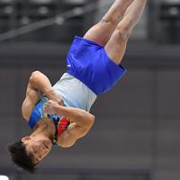 体操男子個人総合で床運動の演技をする北園丈琉=高崎アリーナで2019年11月8日、宮間俊樹撮影