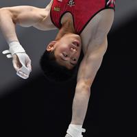 体操男子個人総合で鉄棒の演技をする橋本大輝=高崎アリーナで2019年11月8日、宮間俊樹撮影