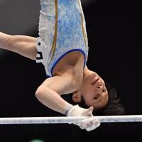 体操男子個人総合で鉄棒の演技をする野々村笙吾=高崎アリーナで2019年11月8日、宮間俊樹撮影