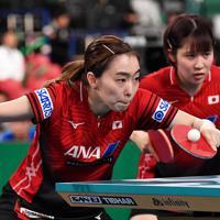 女子準々決勝のダブルスでルーマニアと対戦する石川佳純(左)、平野美宇組=東京体育館で2019年11月8日、大西岳彦撮影
