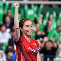 女子準々決勝でルーマニアに勝利し笑顔を見せる石川佳純=東京体育館で2019年11月8日、大西岳彦撮影