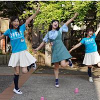 パフォーマンスを披露する水沢有希さん(右端)ら「帰ってきたキューピッドガールズ」のメンバー=東京都墨田区で、米田堅持撮影