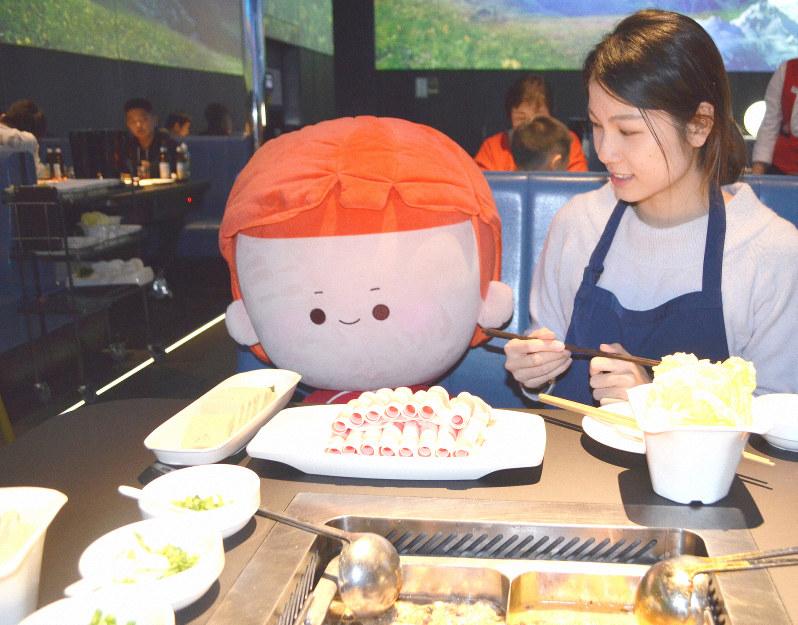 ぬいぐるみの隣で鍋料理を食べる中国のおひとり様=浦松丈二撮影