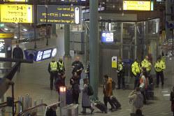 欧州ではテロヘの危機感が依然として高い。6日にはオランダのスキポ ール空港でハイジャックを知らせる警報が誤って発動され、一時空港の機能が停止した=アムステルダムで6日、AP