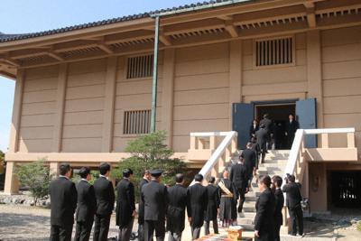 「開封の儀」で正倉院の宝庫に入る関係者ら=奈良市で2019年10月1日午前10時7分、姜弘修撮影