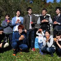 台風19号などの浸水被害から逃れたリンゴを収穫するため来てくれたボランティアらと笑顔を見せる徳永虎千代さん(前列左)=長野市豊野で2019年11月9日午後0時半、竹内紀臣撮影