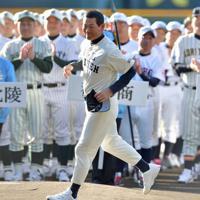 第16回マスターズ甲子園の開会式で選手宣誓に向かうPL学園OBの桑田真澄さん=阪神甲子園球場で2019年11月9日午前8時18分、平川義之撮影
