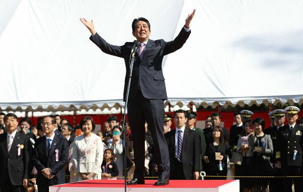 今年の「桜を見る会」であいさつする安倍晋三首相(中央)=東京都新宿区の新宿御苑で2019年4月13日、代表撮影